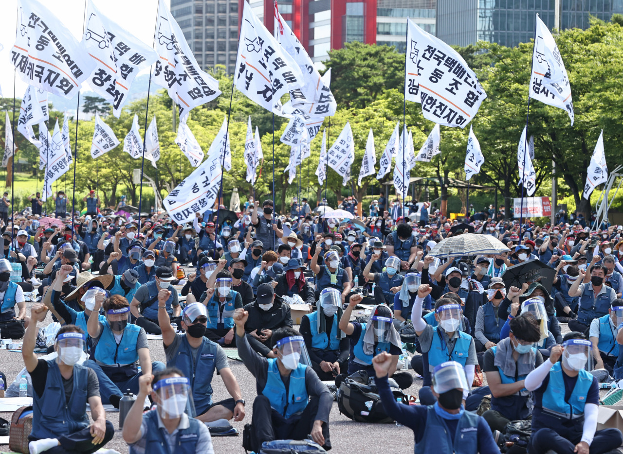 Unionized delivery workers stage a rally in protest of their working conditions in Yeouido, central Seoul, on Wednesday. (Yonhap)