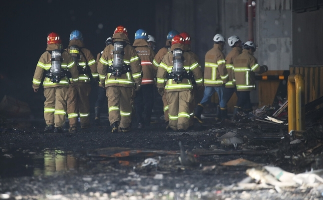Inspectors enter a Coupang warehouse in Icheon, 80 kilometers southeast of Seoul, to check the building's safety on Saturday. (Yonhap)