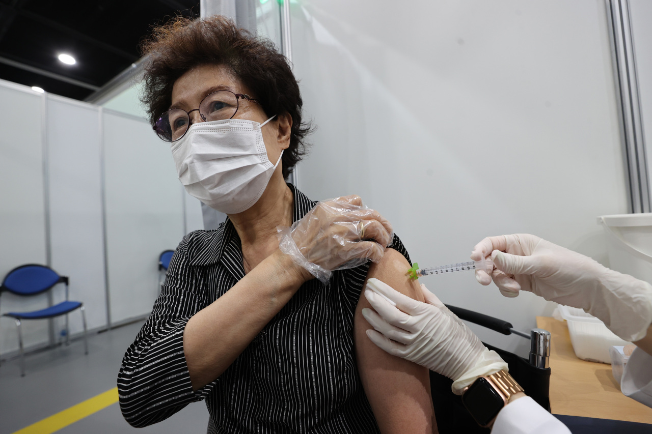 A senior citizen receives a COVID-19 vaccine shot at a makeshift clinic in western Seoul on Thursday. (Yonhap)