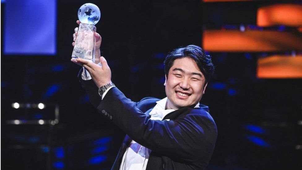 Baritone singer Kim Gi-hoon holds the trophy after he was announced as winner of the BBC Cardiff Singer of the World competition on Saturday. (Yonhap)