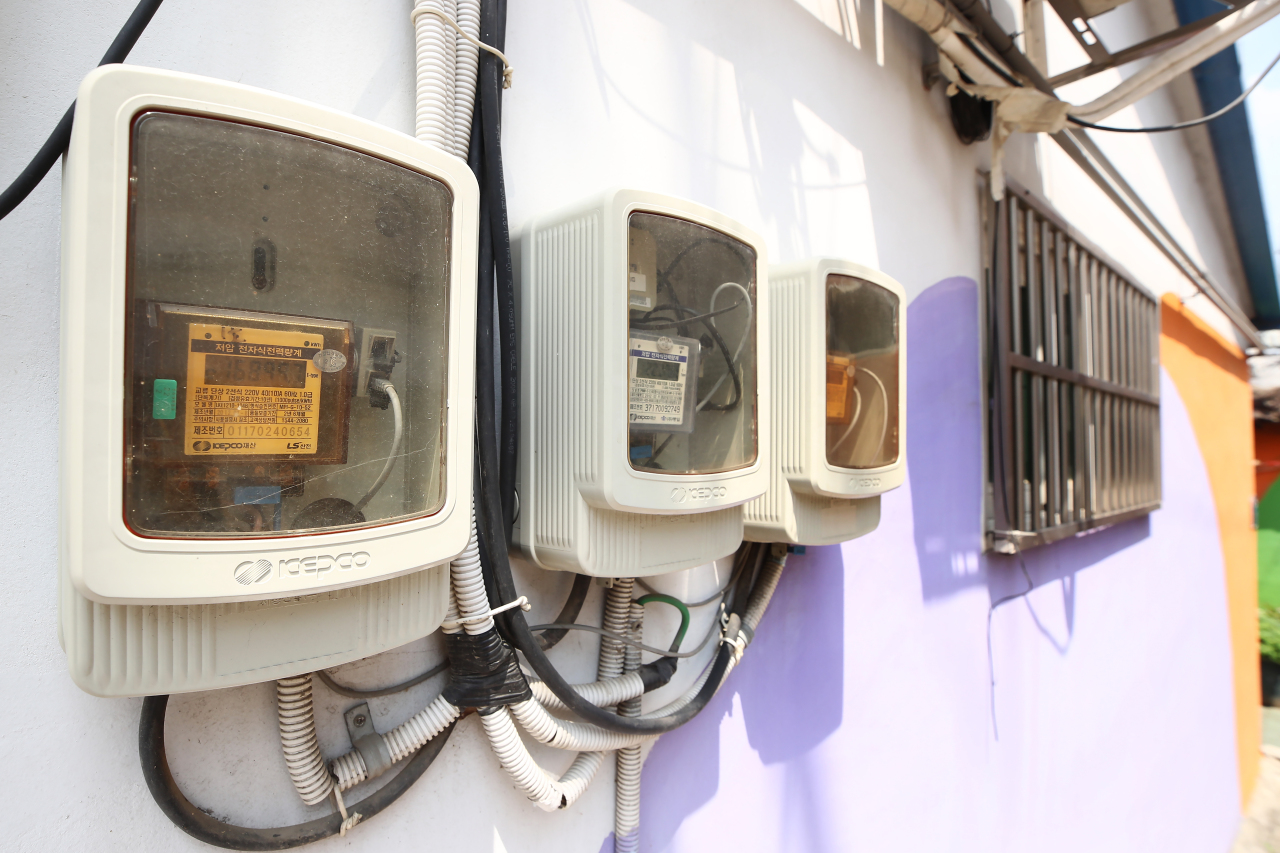 The photo shows fuse boxes at a residential area in western Seoul on Sunday. (Yonhap)