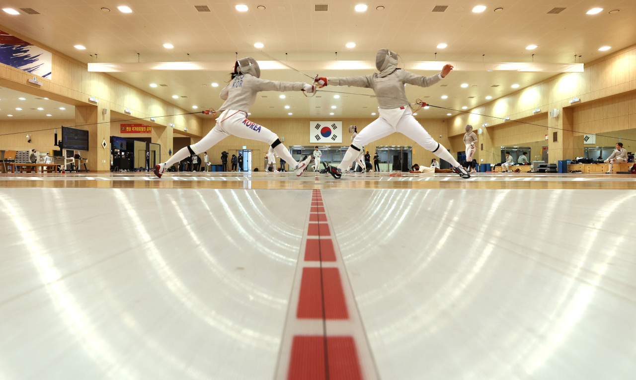 In this file photo from April 14, 2021, South Korean fencers train at the Jincheon National Training Center in Jincheon, 90 kilometers south of Seoul. (Yonhap)