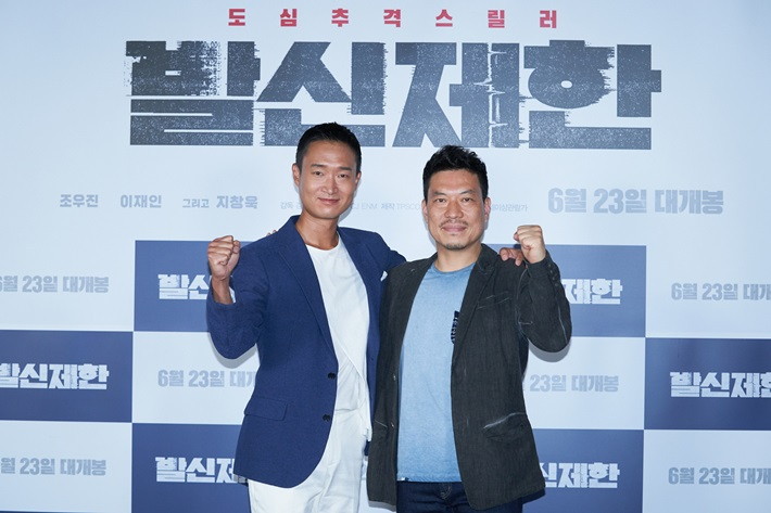 Director Kim Chang-Ju (right) and actor Jo Woo-jin pose after a press conference held in CGV Yongsan, central Seoul. (CJ ENM)