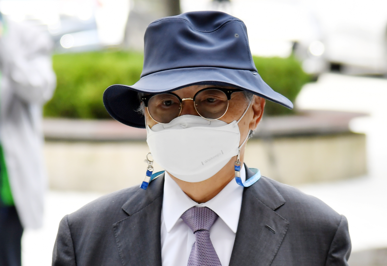 Former Busan Mayor Oh Keo-don attends a hearing at the Busan District Court today. (Yonhap)