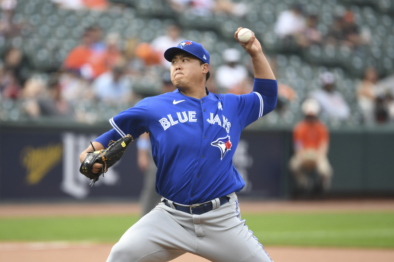 In this Associated Press photo, Ryu Hyun-jin of the Toronto Blue Jays pitches against the Baltimore Orioles in the bottom of the sixth inning of a Major League Baseball regular season game at Oriole Park at Camden Yards in Baltimore on Sunday. (Yonhap)