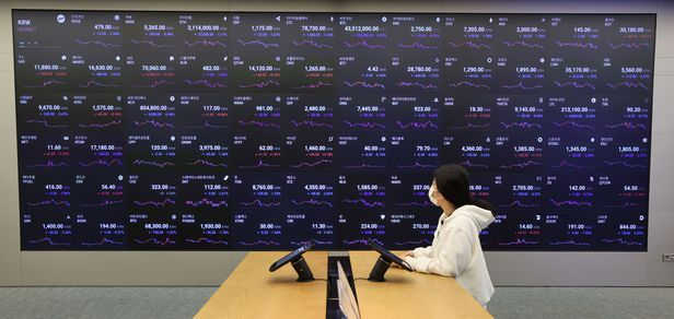 A digital board shows prices of cryptocurrencies listed on Upbit, the country's largest digital asset exchange by trading volume, on June 3. (Yonhap)