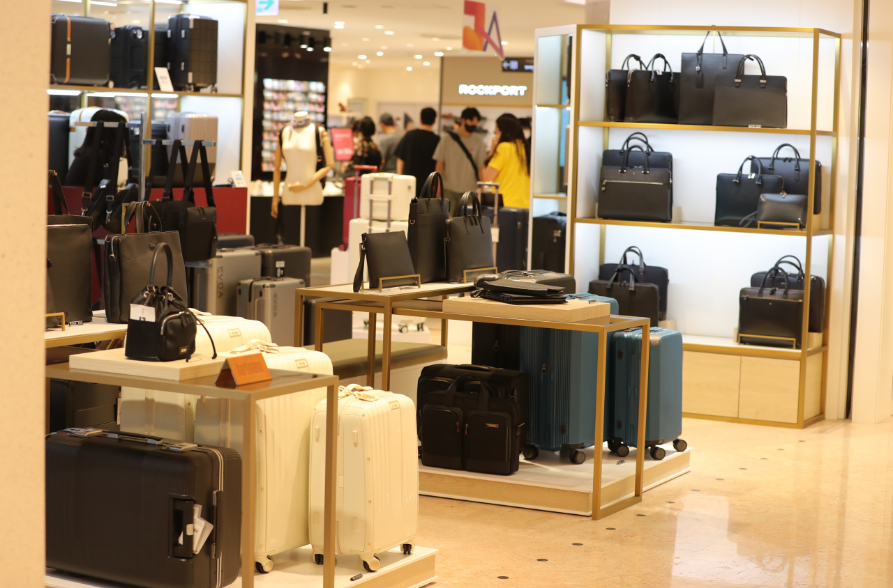 Luggages are on display in Lotte Department Store incentral Seoul. (Yonhap)