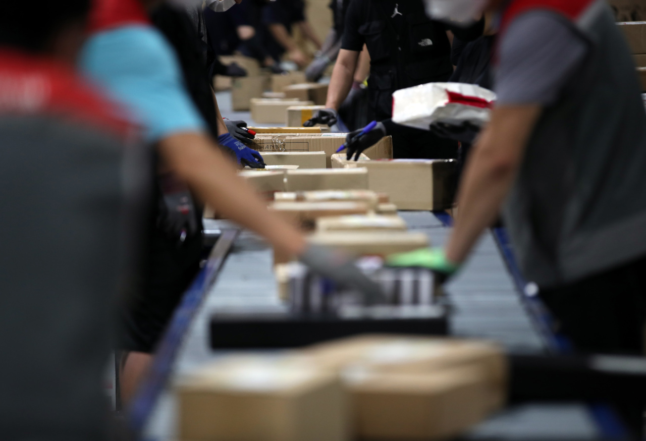 Photo taken Friday shows the inside ofa distribution center in Songpa, southern Seoul. (Yonhap)