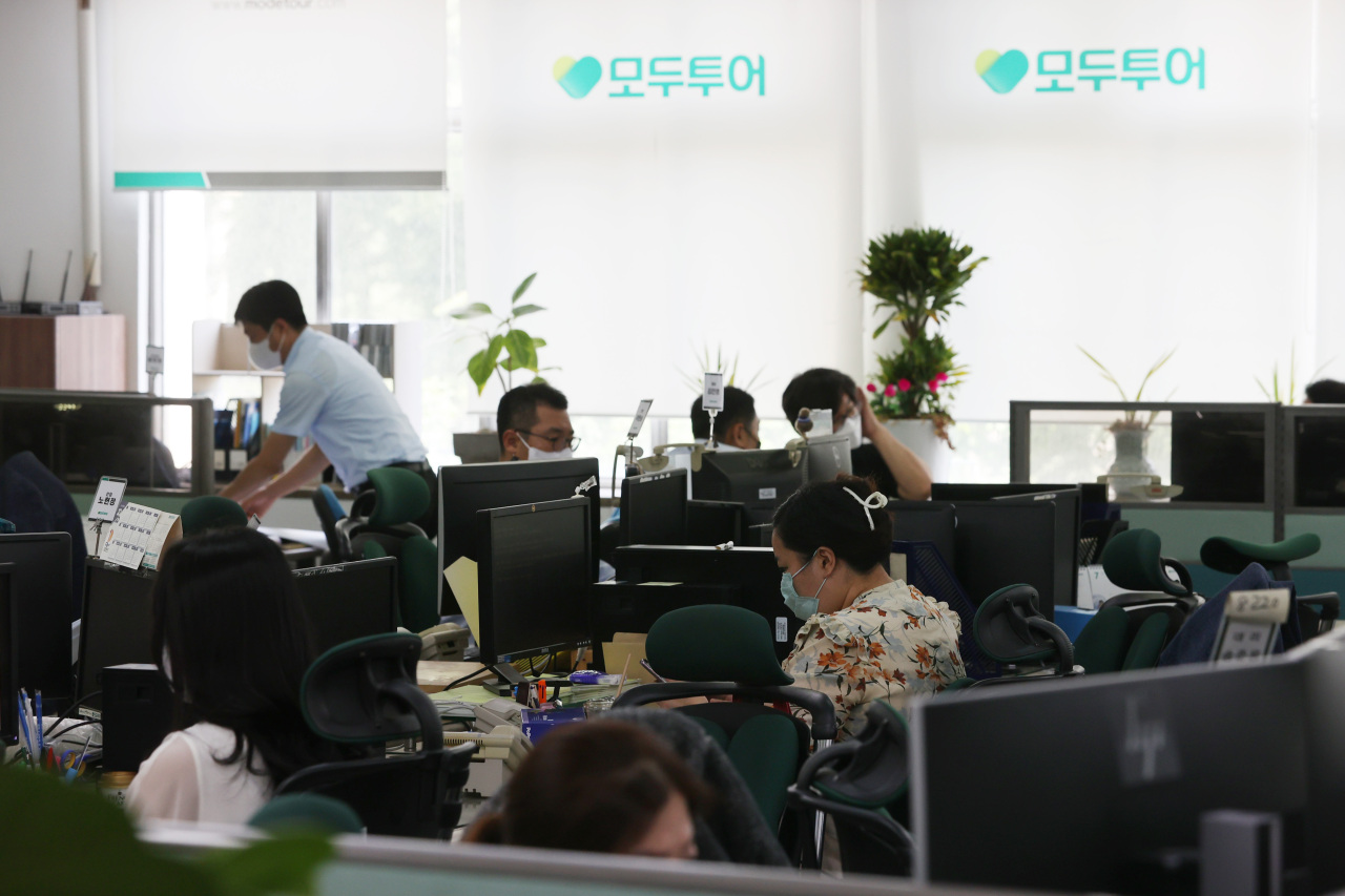 Employees work at a Mode Tour office in central Seoul on Monday, as an accelerating vaccination drive raises hopes of overseas travel to countries such as Guam, Saipan and Taiwan later this year. (Yonhap)