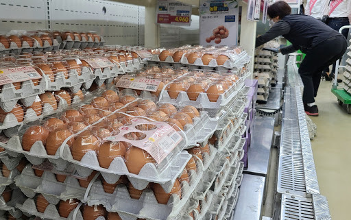 This file photo, taken June 2, 2021, shows cartons of eggs displayed at a discount store in southern Seoul. (Yonhap)