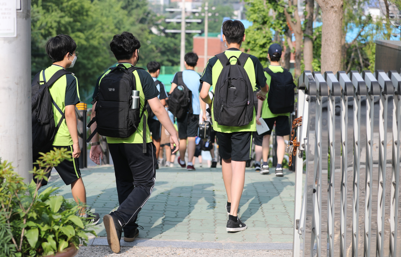 Students walk into a middle school in Seoul on Monday as the Ministry of Education prepares to expand the proportion of in-person classes starting next semester. (Yonhap)