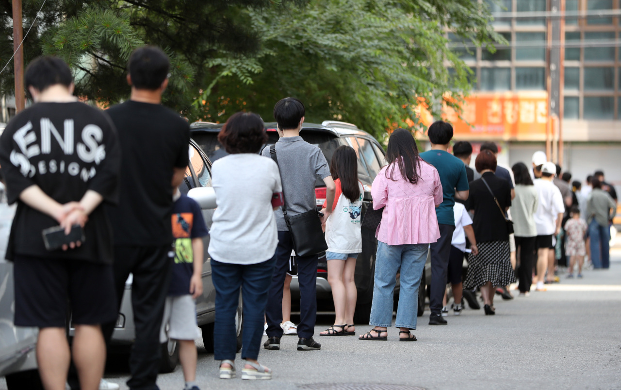 People wait to take coronavirus tests at a makeshift testing center in Chuncheon, 85 kilometers northeast of Seoul, on Tuesday. (Yonhap)