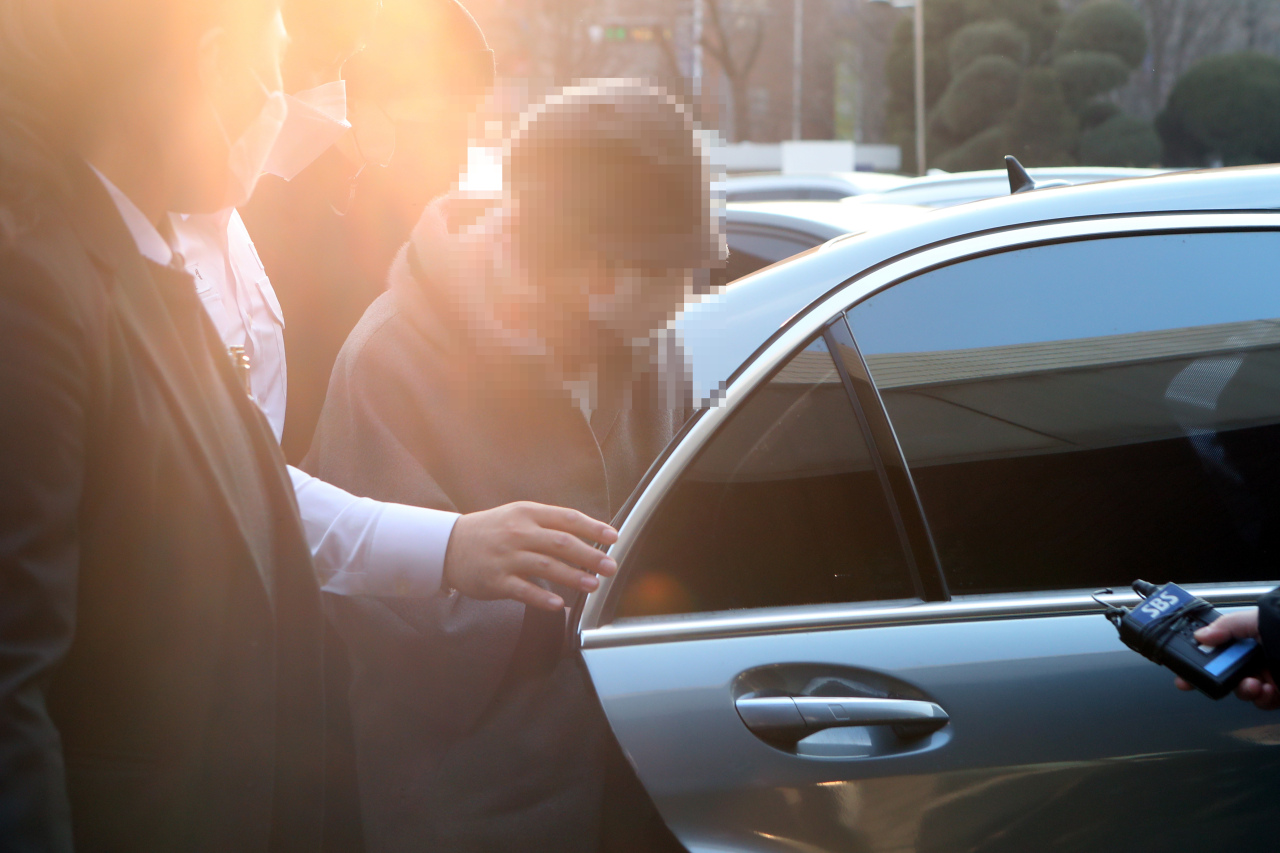 This Dec. 22, 2020, file photo shows former Prosecutor General Yoon Seok-youl's mother-in-law arriving at the Uijeongbu District Court, just north of Seoul, to attend a trial in a document fabrication case. (Yonhap)
