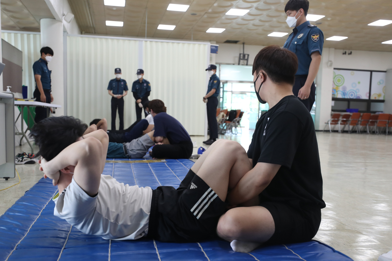 Auxiliary police officer applicants take physical tests in Gyeonggi Province on June 10. (Yonhap)