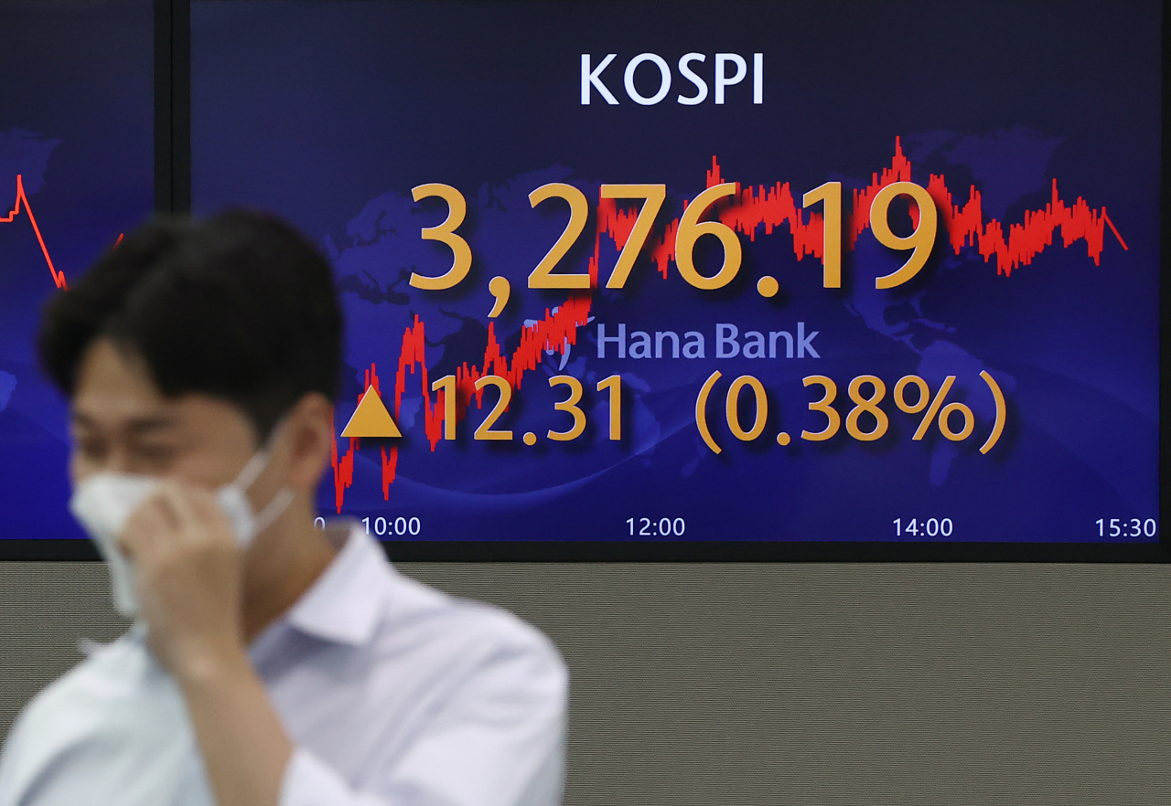 An electronic signboard at the trading room of Hana Bank in Seoul shows the benchmark Kospi closed 0.38 percent higher at 3,276.19 points Wednesday. (Yonhap)