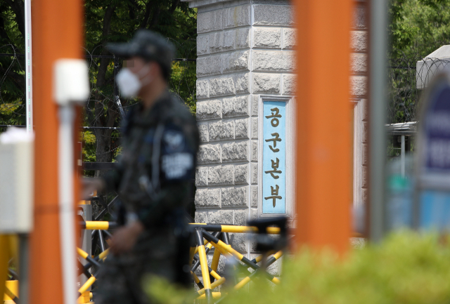 Defense ministry prosecutors and investigators from the ministry's criminal investigation command search the Air Force prosecutors' office at the Air Force headquarters and other related locations on June 9, 2021, to investigate the suicide of a sexually harassed noncommissioned officer. (Yonhap)