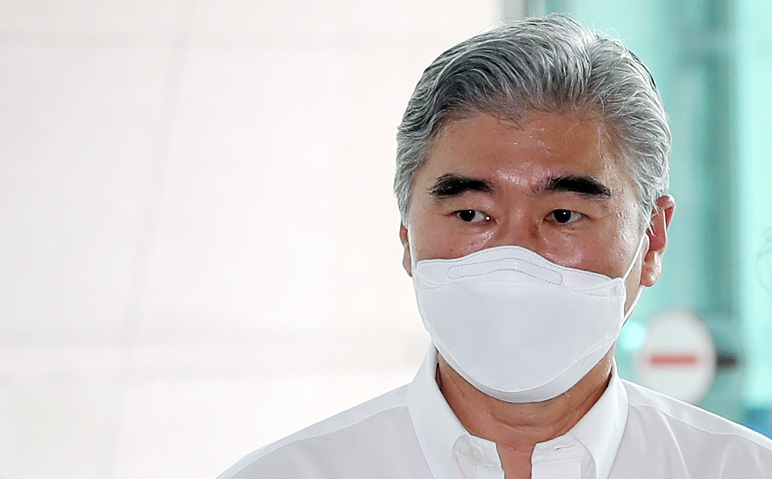 The new US special representative for North Korea, Sung Kim, arrives at Incheon International Airport, west of Seoul, today, to depart for Jakarta, where he concurrently serves as ambassador to Indonesia. (Yonhap)