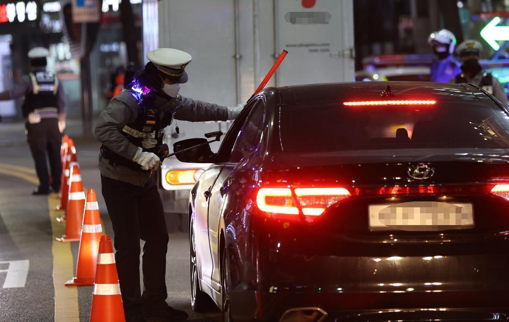 This file photo, taken on Nov. 27, 2020, shows a police officer conducting a breathalyzer test on a car driver in Seoul. (Yonhap)