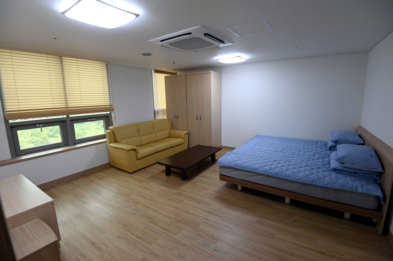 A room in the residence for North Korean defectors within the North Korean Refugee Protection Center (Joint Press Corps-Yonhap)