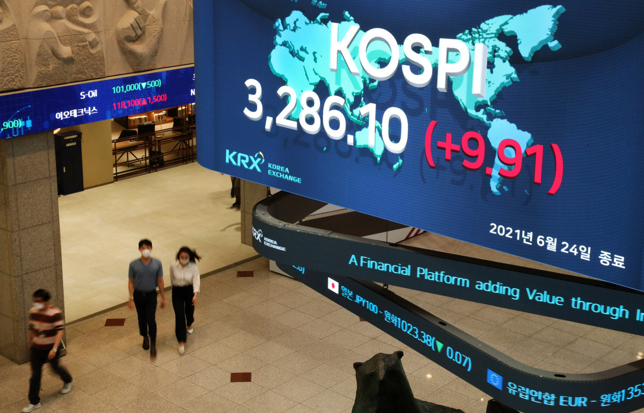 An electric board at the Korea Exchange's Seoul office shows that South Korea's main bourse, the Kospi, set a closing record of 3,286.10 points Thursday. It was the first time the index surpassed the 3,280-point mark at the closing bell. (KRX)