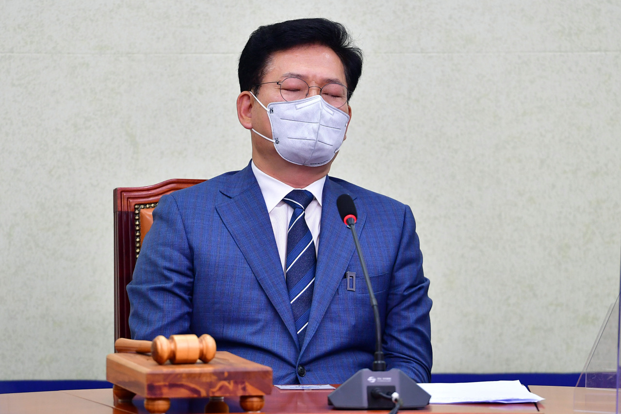 Democratic Party Chairman Rep. Song Young-gil sits with his eyes closed during a party meeting on Friday. (Yonhap)