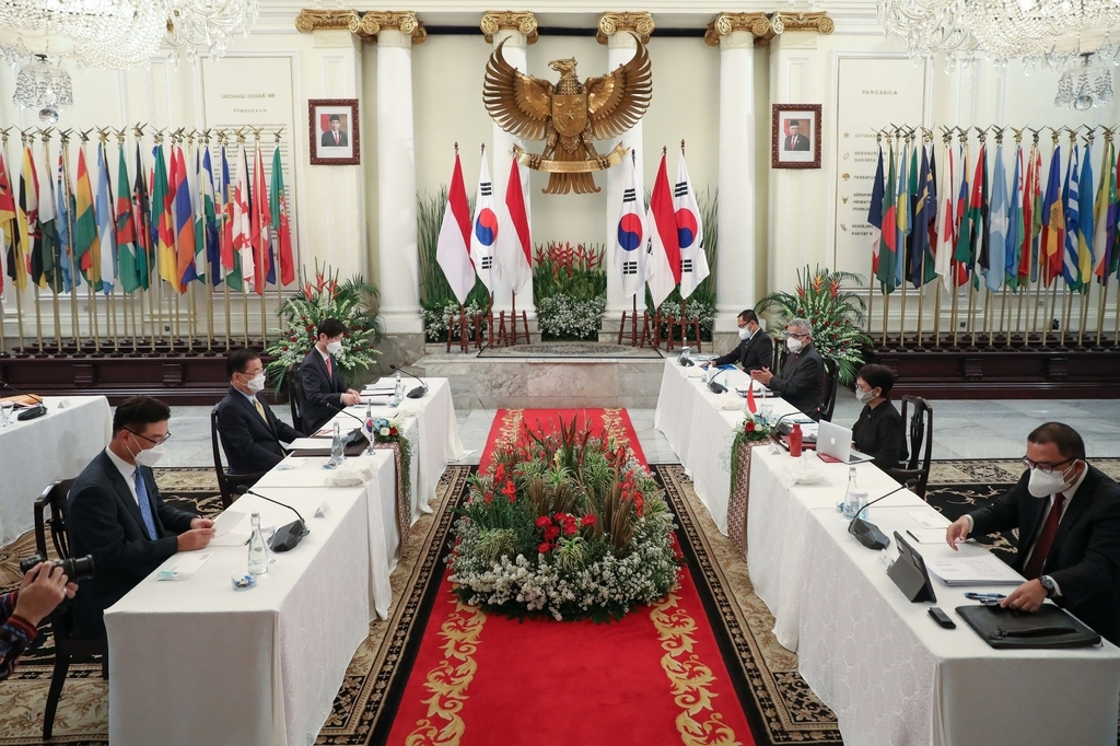 Foreign Minister Chung Eui-yong (L, center) holds talks with his Indonesian counterpart, Retno L.P. Marsudi, in Jakarta on Friday, in this photo provided by the foreign ministry. (Yonhap)