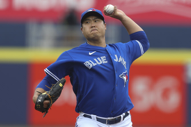 In this Associated Press photo, Ryu Hyun-jin of the Toronto Blue Jays pitches against the Baltimore Orioles in the top of the first inning of a Major League Baseball regular season game at Sahlen Field in Buffalo, New York, on Saturday. (Yonhap)