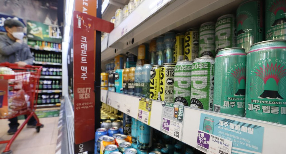 Craft beers are displayed at a supermarket in Seoul. (Yonhap)
