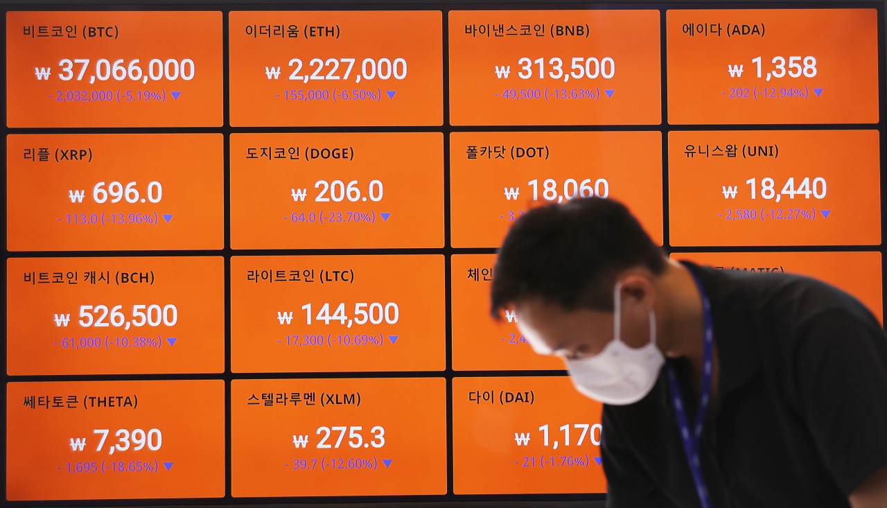 Monitors display cryptocurrency values at the South Korean cryptocurrency exchange Bithumb headquarters in Seoul, in this photo taken on Tuesday. (Yonhap)