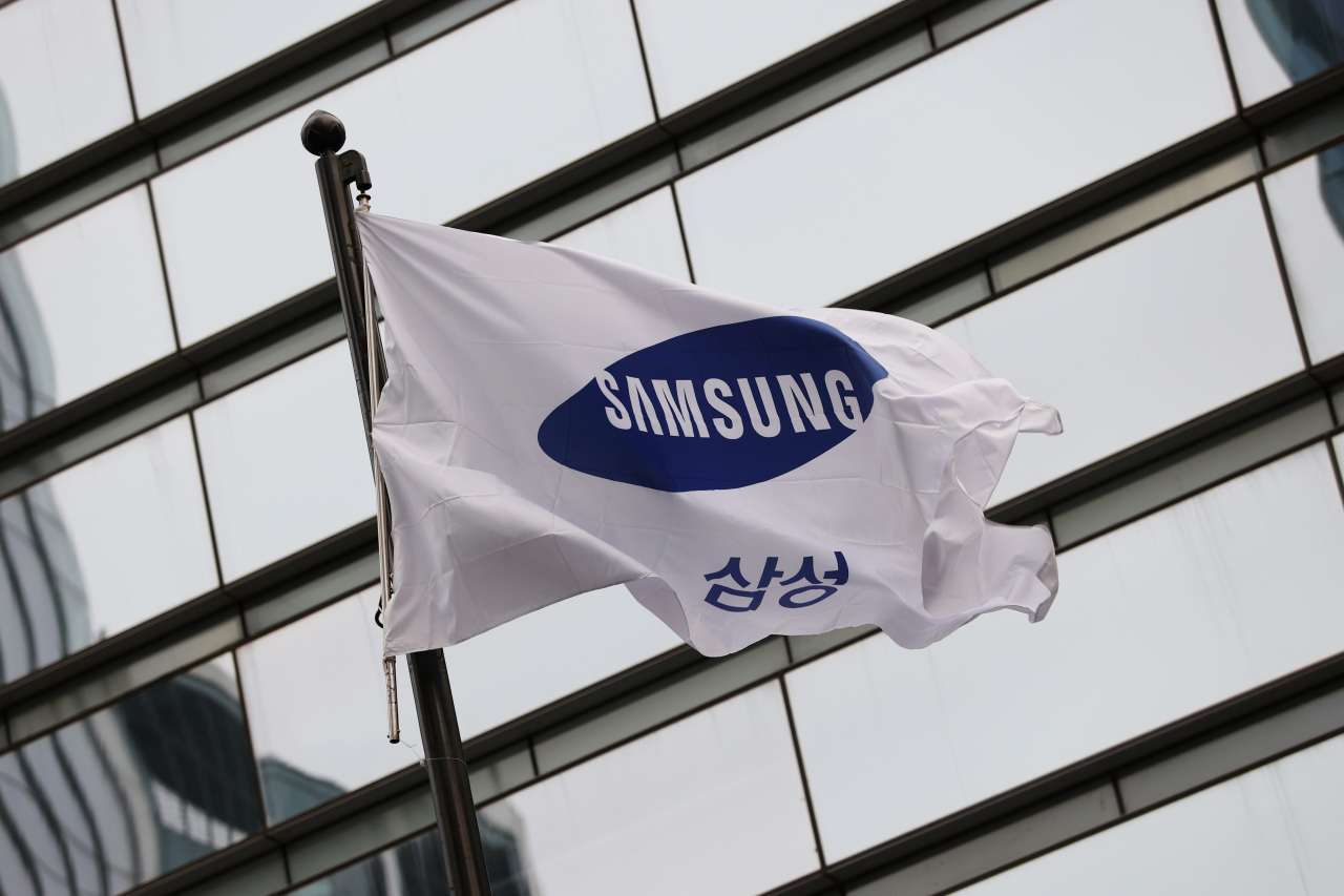 A flag bearing the Samsung logo in front of the Samsung building in southern Seoul (Yonhap)
