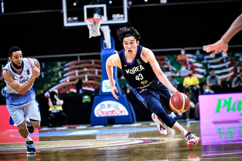 Lee Dae-sung of South Korea dribbles the ball against Venezuela during the teams' Group A match in the FIBA Olympic men's basketball qualifying tournament at Zalgirio Arena in Kaunas, Lithuania, on Wednesday, in this photo provided by FIBA. (FIBA)