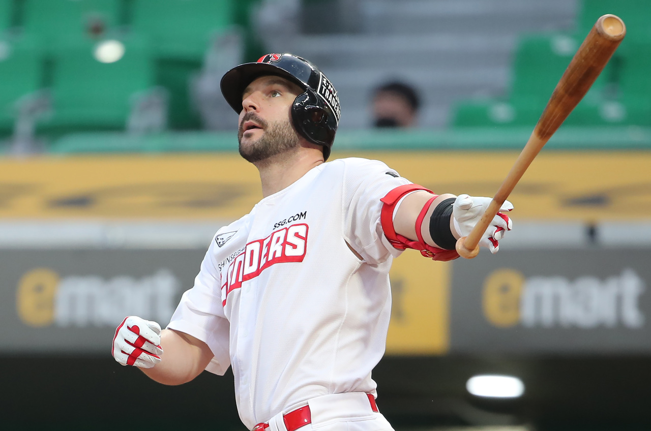 Jamie Romak of the SSG Landers watches his solo home run against the Samsung Lions in the bottom of the third inning of a Korea Baseball Organization regular season game at Incheon SSG Landers Field in Incheon, 40 kilometers west of Seoul, on Tuesday. (Yonhap)