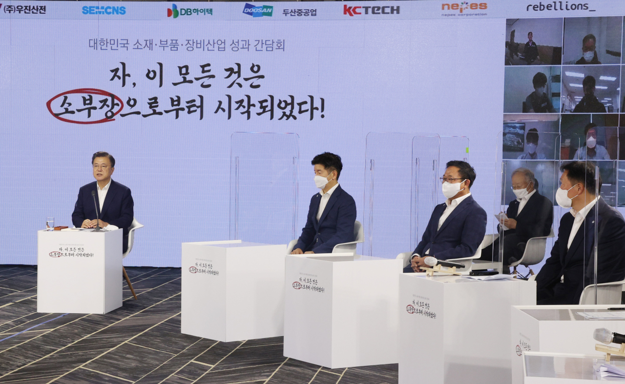 President Moon Jae-in (L) attends an event to mark South Korea's two-year response to Japan's export control at the Korea International Trade Association in Seoul on Friday. (Yonhap)
