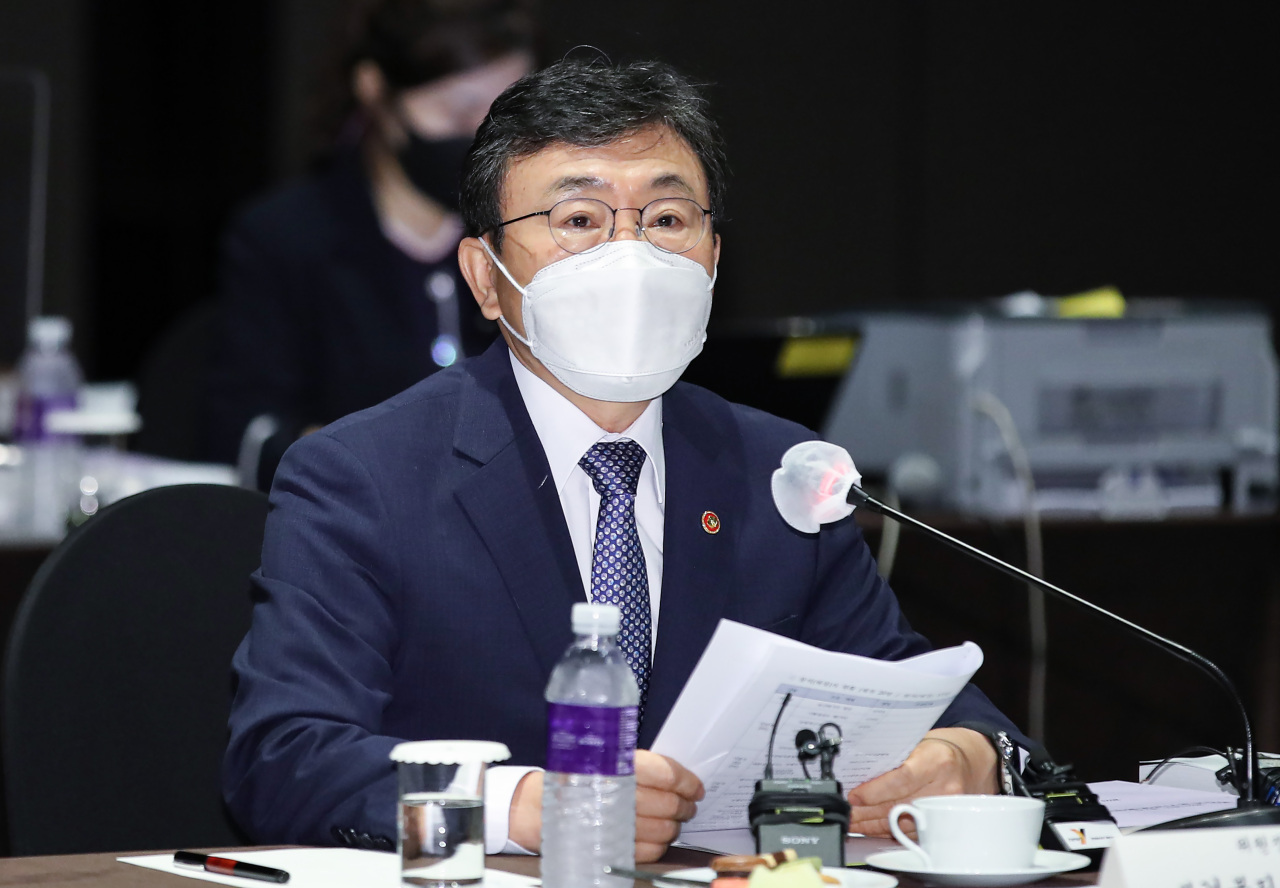Minister of Health and Welfare Kwon Deok-cheol speaks at a meeting of the asset management committee of the National Pension Service in Seoul on Friday. (Yonhap)