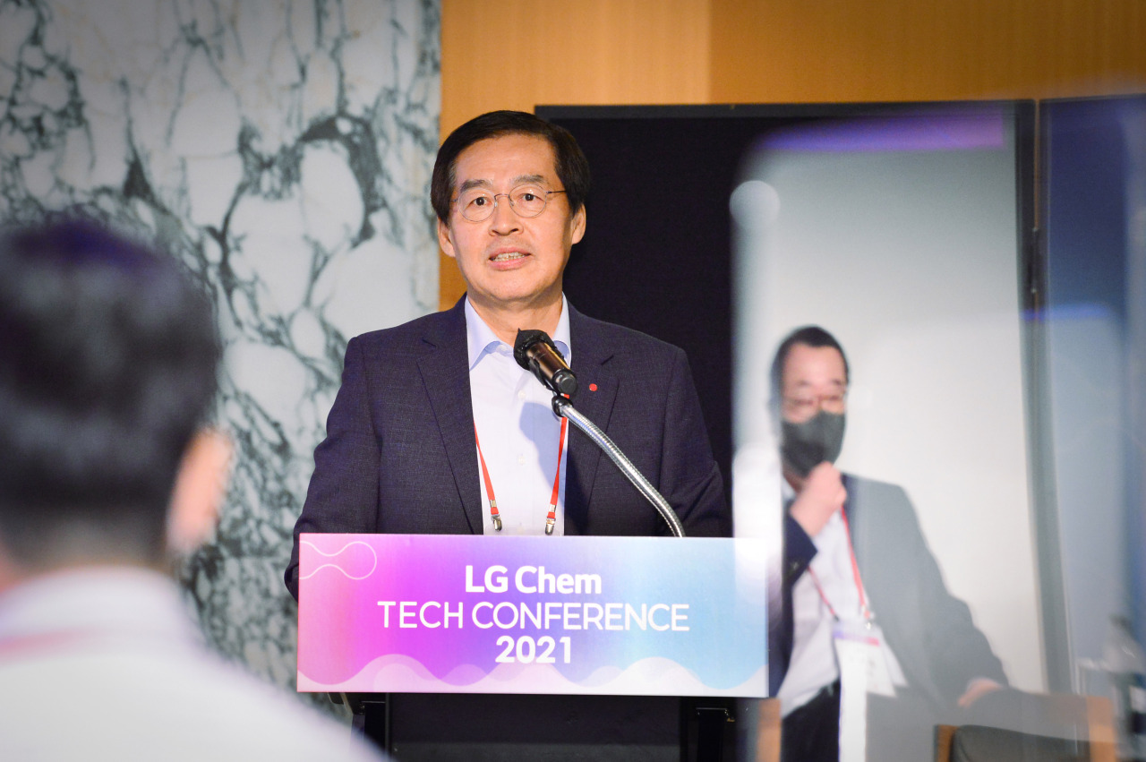 Shin Hak-cheol, chief executive and vice chairman of LG Chem, speaks during a conference held at InterContinental Seoul COEX in southern Seoul, Friday (LG Chem)