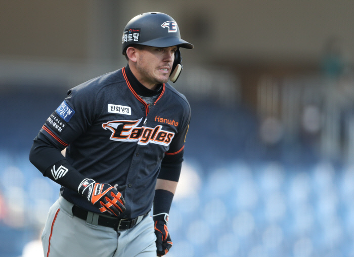 In this file photo from April 18, 2021, Ryon Healy of the Hanwha Eagles heads to first base after hitting a home run against the NC Dinos in the top of the seventh inning of a Korea Baseball Organization regular season game at Changwon NC Park in Changwon, 400 kilometers southeast of Seoul. (Yonhap)