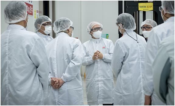 Kwon Jun-Wook, president of Korea National Institute of Health (middle), was seen conducting the field inspection with personnel from Hanmi Pharmaceuticals on Thursday. (Hanmi Pharmaceuticals)