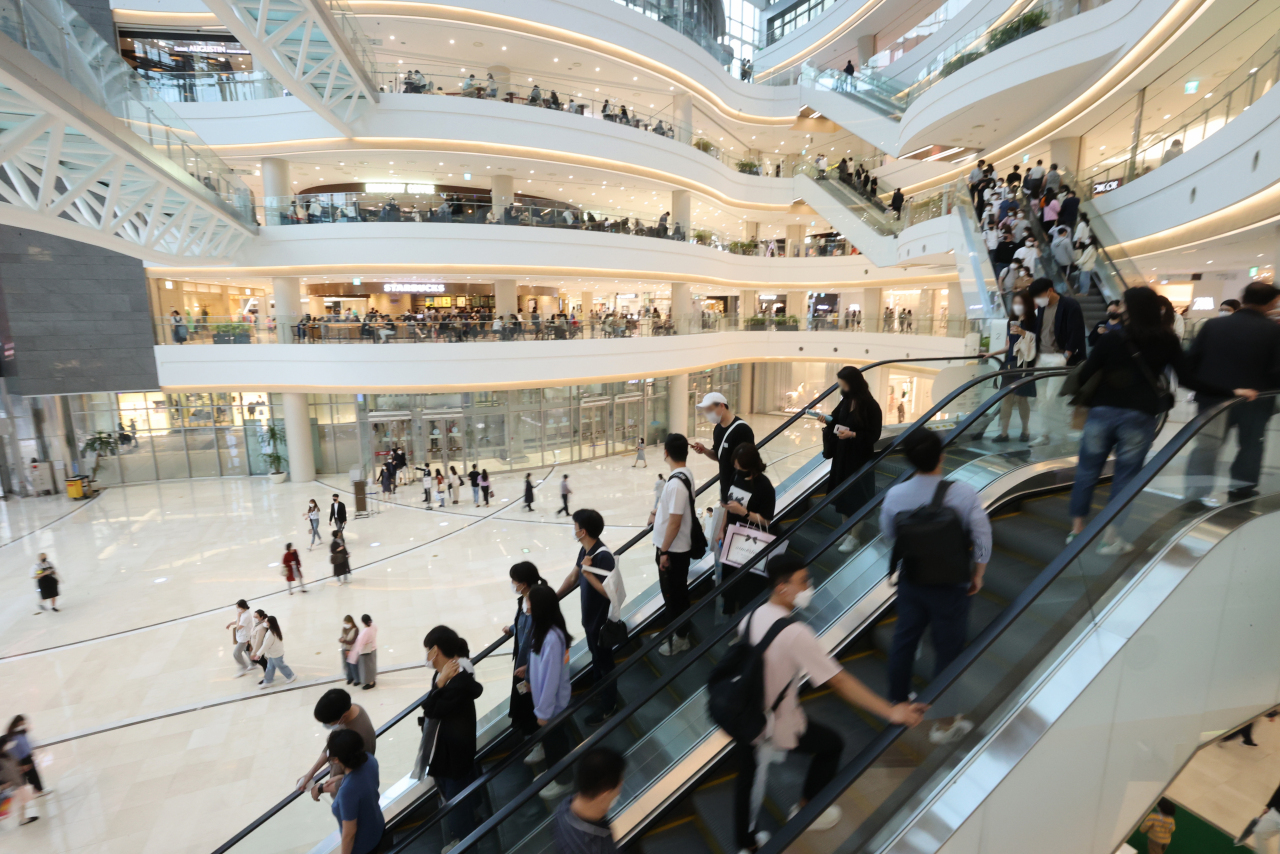 A mall in western Seoul is full of shoppers, in this file photo taken May 16, 2021. (Yonhap)