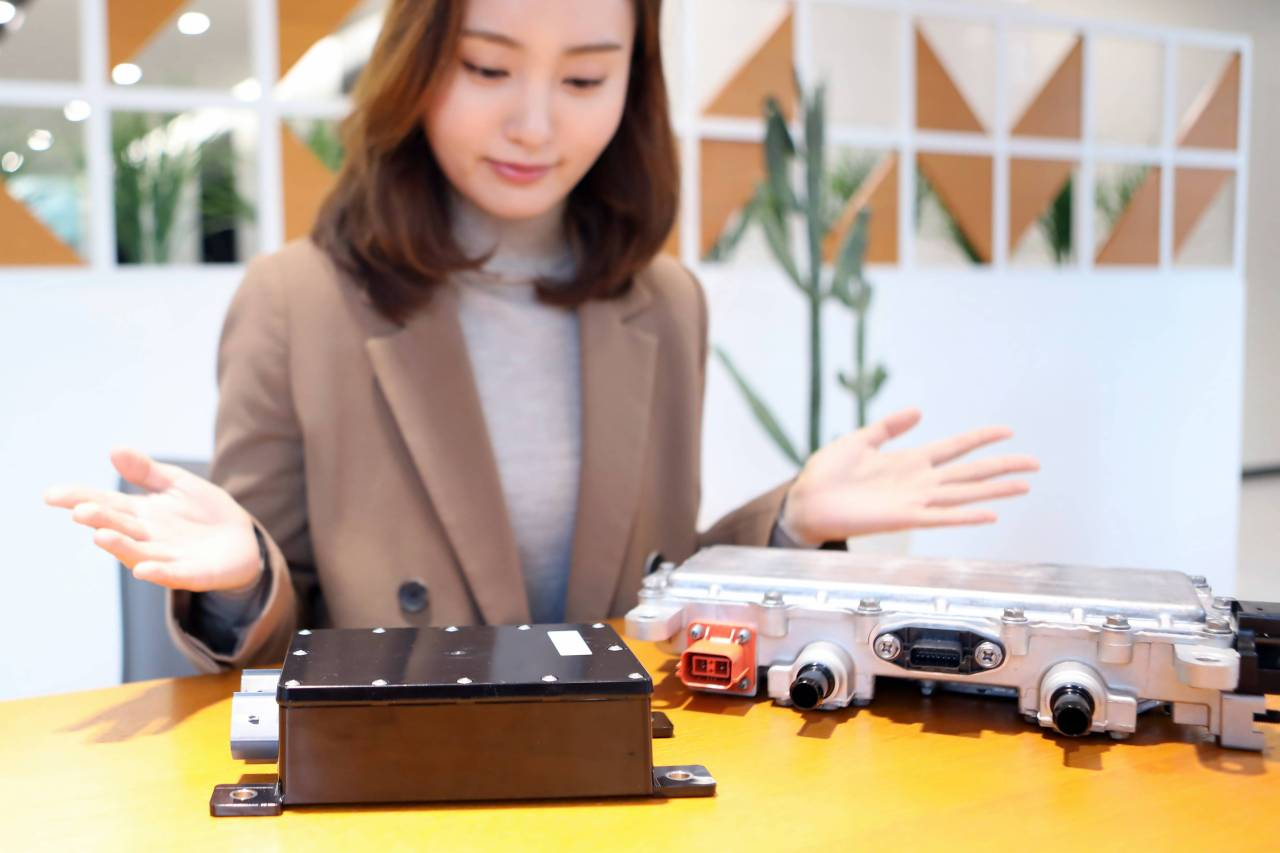 LG Innotek has received the GM Supplier Quality Excellence Award in recognition of the outstanding quality of its DC-DC converter (right) and electric vehicle communication controller. (LG Innotek)