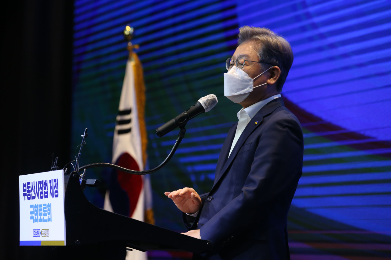 Gyeonggi Province Gov. Lee Jae-myung speaks at a parliamentary debate on property market law on Tuesday. (Yonhap)