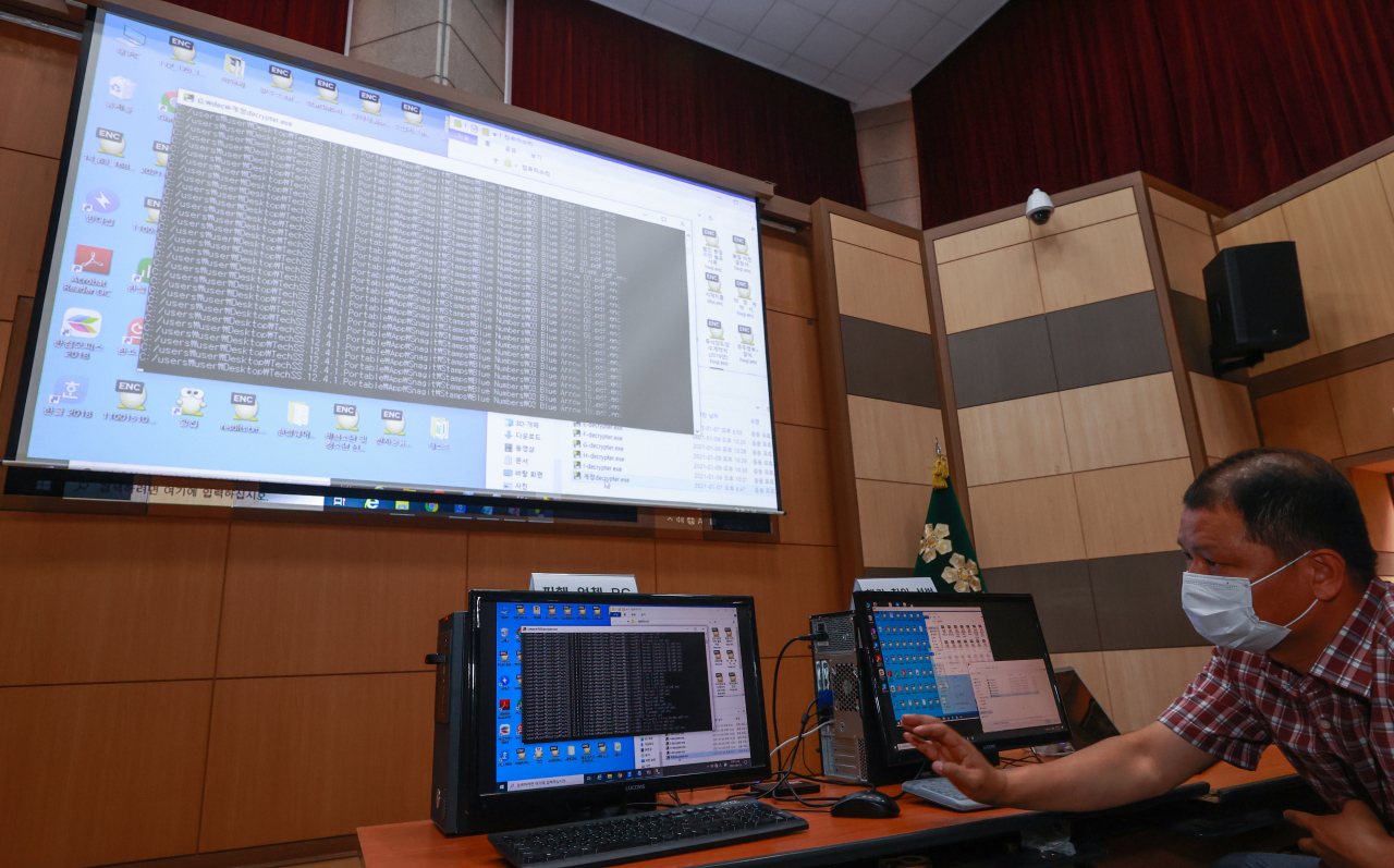 Police officials demonstrate the encryption and decoding process of a ransomware at the offices of the Seoul Metropolitan Police Agency in central Seoul on June 15, 2021. (Yonhap)