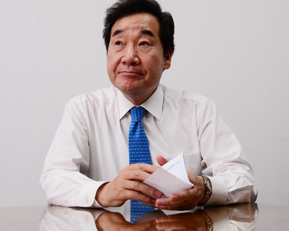 Former Democratic Party of Korea leader and Prime Minister Lee Nak-yon speaks in an interview with The Korea Herald in his office at the National Assembly. (Park Hae-mook/The Korea Herald).