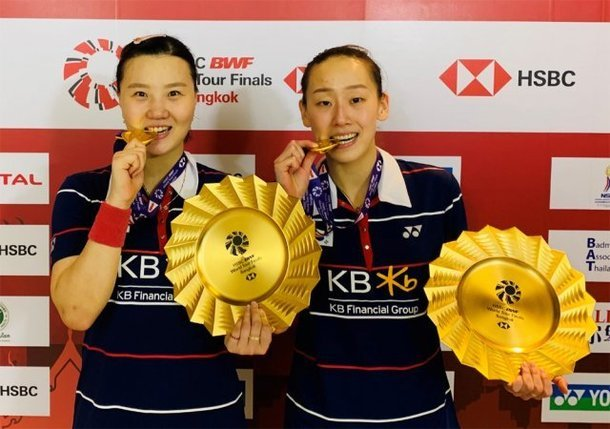 This Jan. 31, 2021, file photo provided by the Badminton Korea Association shows women's doubles players Shin Seung-chan (L) and Lee So-hee, after they won the Badminton World Federation World Tour Finals at Impact Arena in Pak Kret, Thailand.(Yonhap)