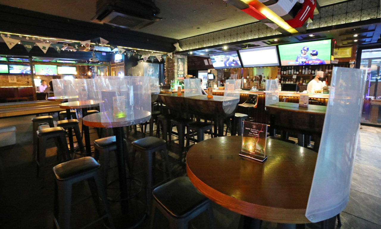 A pub in Hongdae, a Seoul neighborhood known for its nightlife, appears empty over the weekend. (Yonhap)
