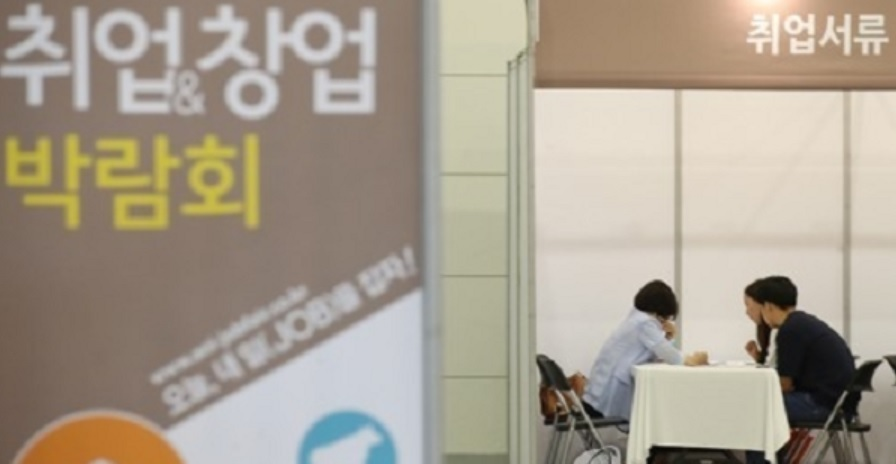 A growing number of South Koreans in their 20s have started their own businesses amid a feeble employment market. (Yonhap)