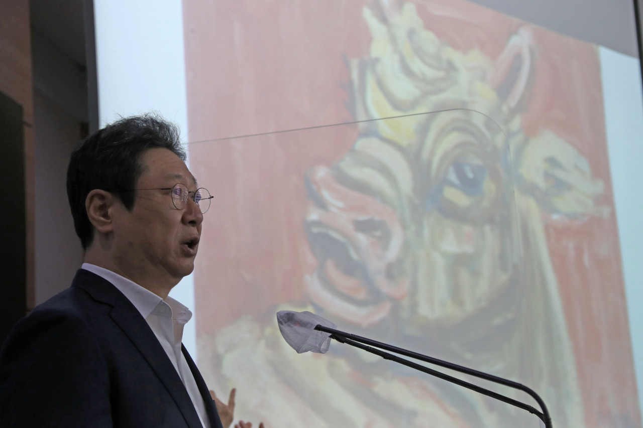 Culture Minister Hwang Hee speaks at a press briefing held Wednesday at the government complex in Gwanghwamun, central Seoul. (Yonhap)