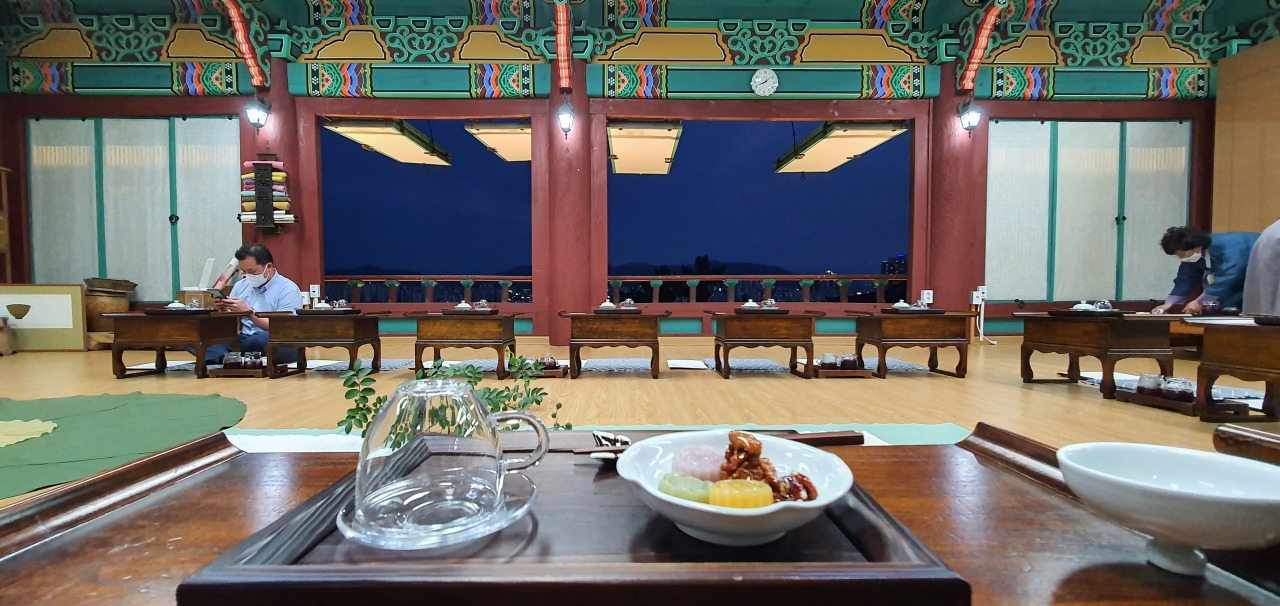 An evening tea session is in progress at Guam Seowon. (Kim Hae-yeon/The Korea Herald)