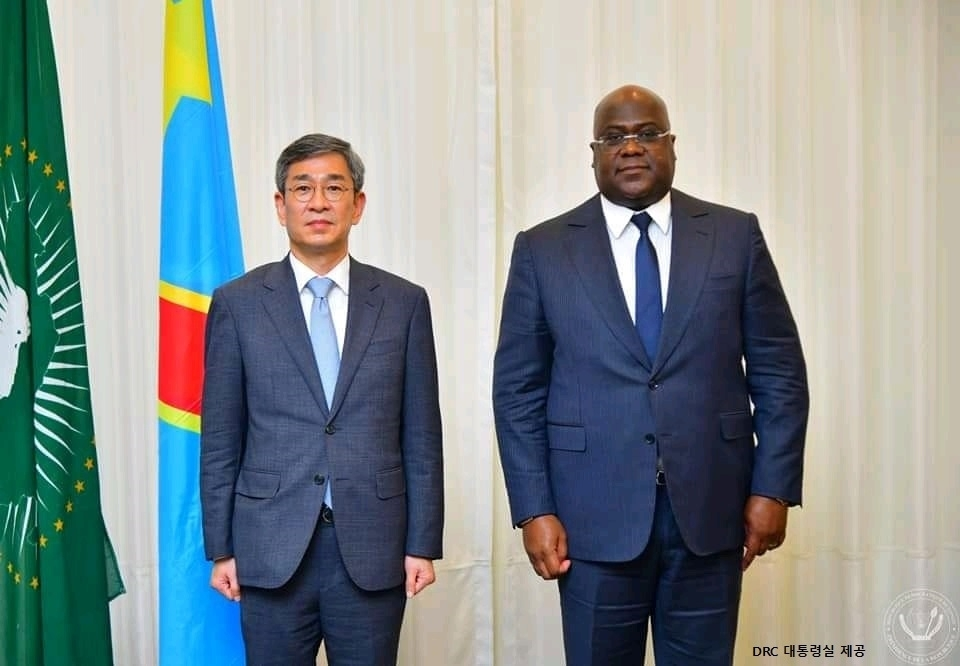 Ham Sang-wook (L), deputy foreign minister for multilateral affairs, and Felix Tshisekedi, the president of the Democratic Republic of the Congo, pose for a photo during Ham's courtesy call in Kinshasa, in this photo provided by the DRC presidential office. (DRC presidential office)