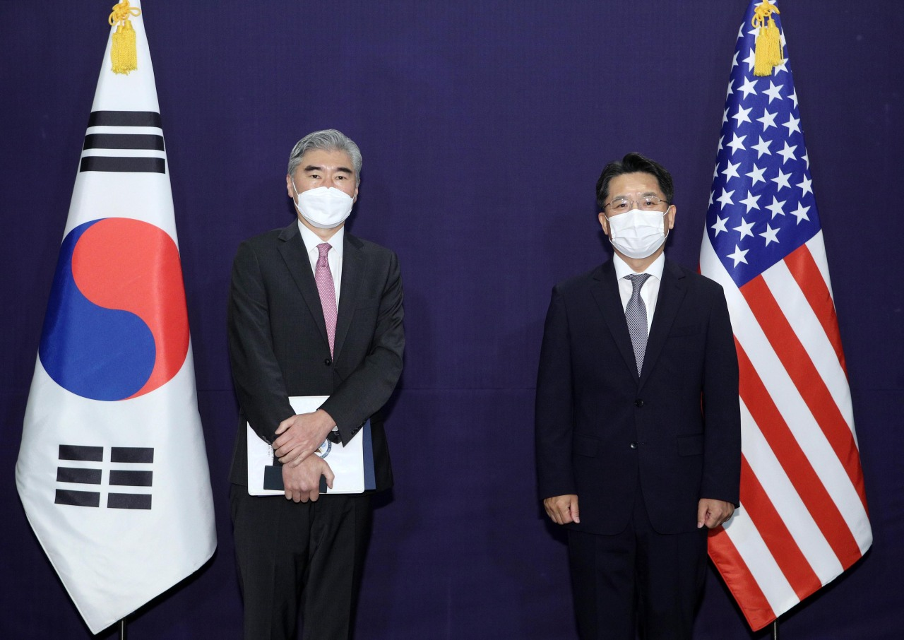 Noh Kyu-duk (R), South Korea's special representative for Korean Peninsula peace and security affairs, poses for a photo with Sung Kim, US special envoy for North Korea, during their meeting at a Seoul hotel on June 21, 2021. (Yonhap)