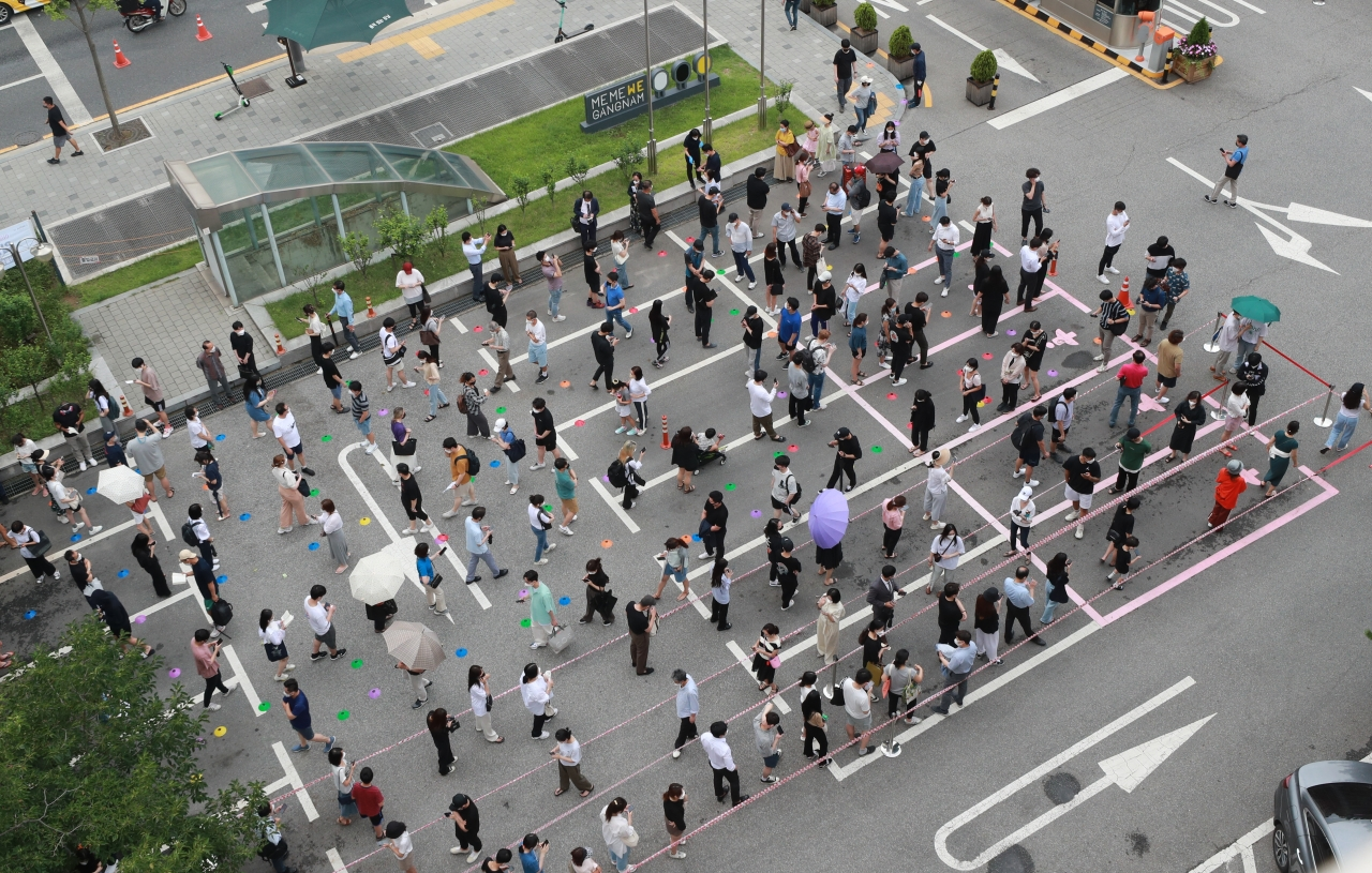 People line up for COVID-19 testing outside a clinic in Gangnam, southern Seoul, on Thursday. (Yonhap)